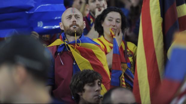 Aficionados del Barça pitan al himno en la final copera de 2015
