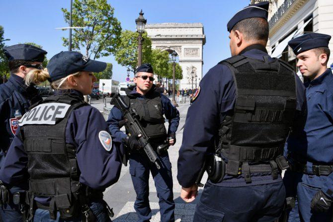 Un grupo de policías patrulla los Campos Elíseos de París después del ataque terrorista del 21 de abril de 2017, en el que murió un agente y otro resultó herido. (Jeff J Mitchell/Getty Images).