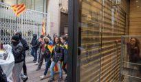 Un grupo de piquetes obligaron a cerrar varias tiendas en el centro de Lérida durante la jornada de huelga.