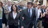 El expresidente de la Generalitat, Carles Puigdemont, camina junto a su esposa