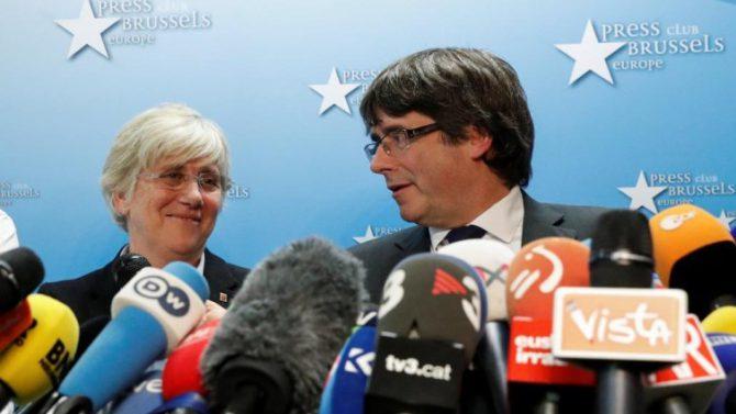 Clara Ponsati y Carles Puigdemont durante la rueda de prensa en Bruselas
