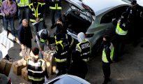 Efectivos de la Policía Nacional registran una furgoneta en una incineradora de Sant Adrià de Besòs (Barcelona). Los Mossos han acudido a la incineradora con el objetivo de quemar unos documentos con información sensible.