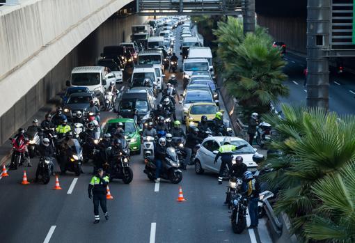 Vista de la retención provocada en la Ronda de Dalt por un grupo de manifestantes