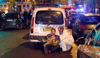 Un médico atiende a una víctima del ataque terrorista registrado en París, Francia, el 13 de noviembre de 2015. (Foto: Thierry Chesnot/Getty Images)