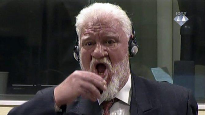 El exgeneral croata Slobodan Praljak ha bebido supuestamente un líquido venenoso de un pequeño frasco.