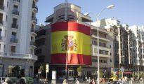 Fachada del Teatro Barceló, con una bandera de España