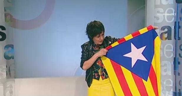 La colaboradora de TV3 Amparo Moliner, con una estelada.