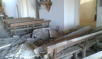 Falso techo de la iglesia de Tabanera la Luenga caído sobre los bancos del templo (ABC)