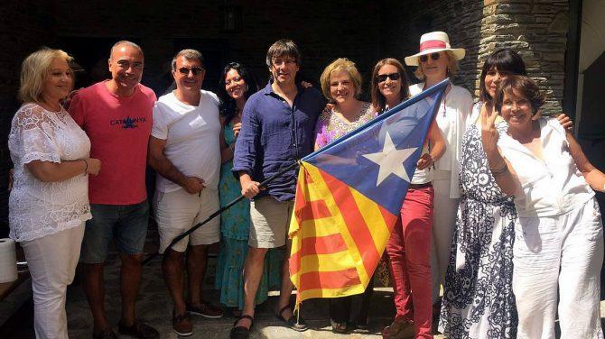 Alba Tous, presidenta de la enseña de joyería, junto a Puigdemont, Trapero y Laporta, entre otros independentistas, en la casa veraniega de Pilar Rahola en Cadaqués (Gerona).