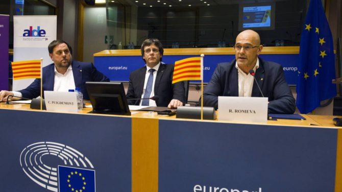 Junqueras, Puigdemont y Romeva en uno de sus viajes a Bruselas. Todos se saldaron con sonoros fracaso. Nadie relevante les recibió.