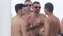 Santi Vila, con barbas, con algunos amigos.