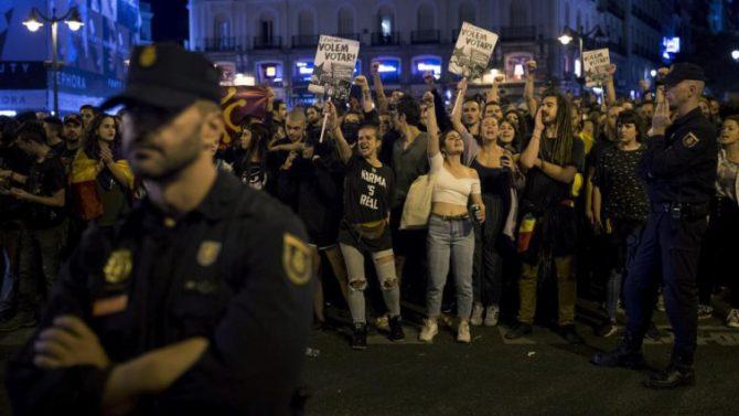 La Policía Nacional junto a los manifestantes durante la concentración de la Puerta del Sol el pasado 1-O