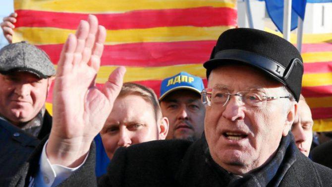 El político ultranacionalista ruso Vladímir Zhirinovski se manifiesta ante el consulado español en apoyo a la independencia de Cataluña