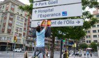 Pegatina de la bandera de España en un panel informativo en Barcelona.