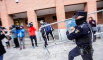 Los acusados llegan al juzgado. Foto: Policías y medios de comunicación, a las puertas del Juzgado de Aranda