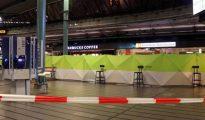 Vista del interior del aeropuerto de Schiphol desalojado después de que un hombre haya amenazado a pasajeros con un cuchillo, en Ámsterdan (Holanda)