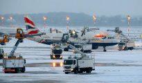 Empleados del aeropuerto de Dusseldorf quitan el hielo a un avión de British A