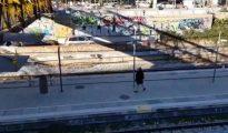 Momento del vídeo que ha grabado la agresión con una pedrada e insultos y amenazas en Hospitalet / CG