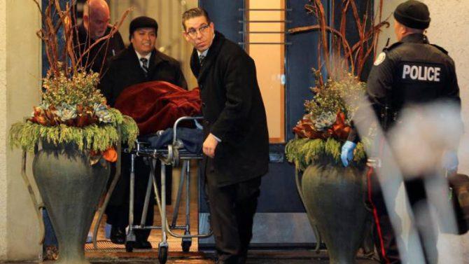 Imagen donde se ve uno de los cuerpos hallados en la casa del fundador de Apotex
