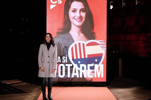 Inés Arrimadas posa junto a su cartel electoral durante el acto de inicio de campaña.