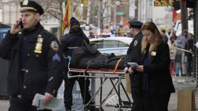 La Policía traslada el cadáver