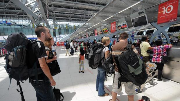La familia llva 3 meses en el aeropuerto de Bangkok bajo el cuidado de la aerolínea Ukraine International Airlines