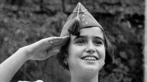 Carmen Franco, de niña, con un chapiri legionario.