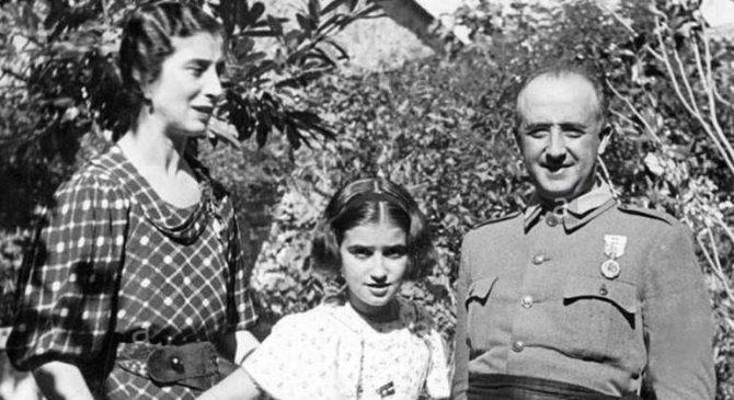 Carmen Franco, junto a sus padres, Francisco Franco y Carmen Polo.