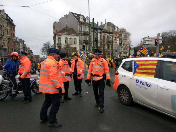 Un coche patrulla de la policía belga, decorado con esteladas este jueves en Bruselas