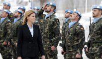 La ministra de Defensa pasa revista a las tropas en la base Miguel de Cervantes el pasado mes de marzo