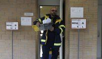 Un empleado lleva el voto por correo a un colegio electoral el 20-D de 2016