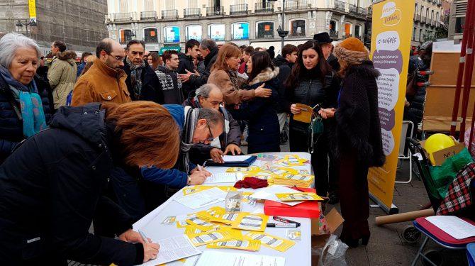 La plataforma Hablamos Español recogiendo firmas en la Puerta del Sol de Madrid