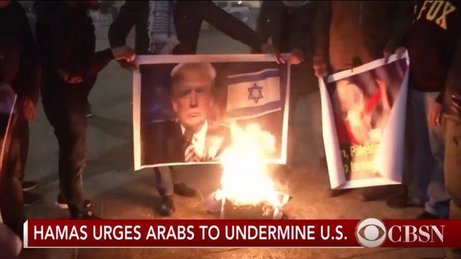 El puñado de palestinos filmados en Belén quemando imágenes del presidente de EEUU, Donald Trump, el pasado 6 de diciembre fueron presentados por los medios como si fueran parte de protestas masivas en las comunidades palestinas. (Imagen: captura de un vídeo de CBS News).