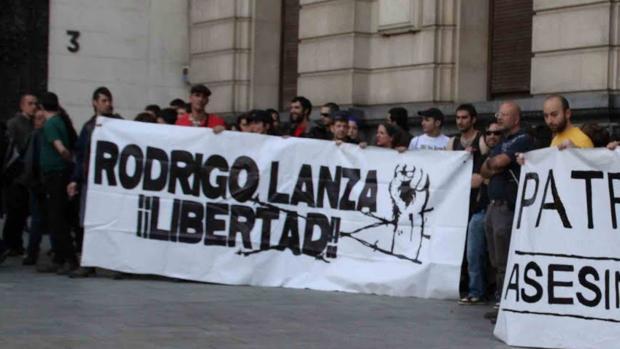 Una de las movilizaciones en Zaragoza en defensa de Rodrigo Lanza, cuando fue encarcelado por dejar tetrapléjico a un agente. Vídeo: Fallece un hombre de 53 años que recibió una paliza por llevar tirantes con la bandera española