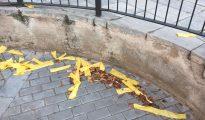 Lazos amarillos por el suelo