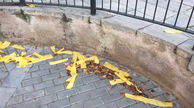 Papeles amarillos por el suelo