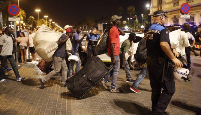 Marta Rovira defiende papeles para los ilegales residentes en Cataluña (En la imagen de El País, manteros en Barcelona)