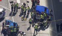Equipos de emergencias atienden a los heridos en el atropello de Melbourne