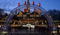 Mercadillo navideño frente al Ayuntamiento de Viena. Este año el espíritu navideño de los tradicionales mercadillos de Viena convive con los bolardos, los bloques de hormigón y policías de paisano como precaución ante un posible ataque terrorista.