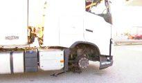 Un camión en la AP7 tras pinchar las ruedas (Foto: TV3)