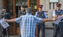 Guardias civiles y mossos en la Conselleria de Economia, el 20 de septiembre.