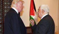 El presidente de EEUU, Donald Trump, conversa con el de la Autoridad Palestina, Mahmud Abás, el 23 de mayo de 2017 en Belén. (Foto: PPO, via Getty Images).
