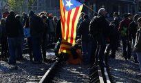 Un grupo de manifestantes corta la vía férrea en la estación de Ferrocarrils de Sant Cugat del Vallès en la huelga general del 8-N