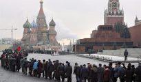 Seguidores del Partido Comunista ruso en fila durante una ceremonia de ofrenda ante el Mausoleo de Lenin.