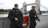 Policías armados junto al Puente de Londres, en una imagen de archivo