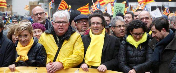 Cabecera de la manifestación en Bruselas a favor de la independencia de Cataluña.