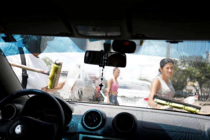 Muchos venezolanos en Brasil se dedican a limpiar vidrios de vehículos para sobrevivir