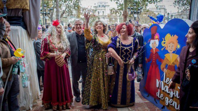 El alcalde de Valencia (Compromís) recibe en el Ayuntamiento a tres 'reinas magas' de una cabalgata republicana