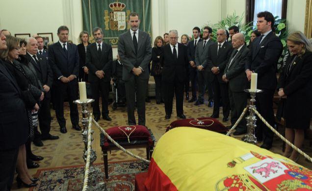 El Rey ante el féretro del exfiscal general del Estado, José Manuel Maza.