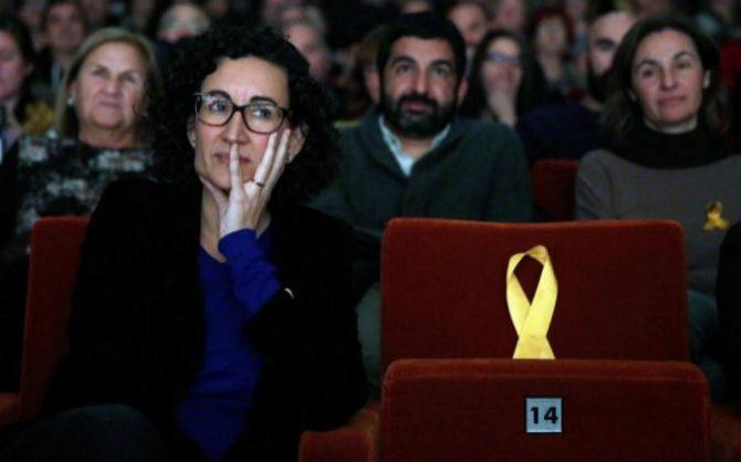 La secretaria general de ERC y número dos en la lista, Marta Rovira, junto a un asiento vacío dedicado al exvicepresidente de la Generalitat encarcelado, Oriol Junqueras.
